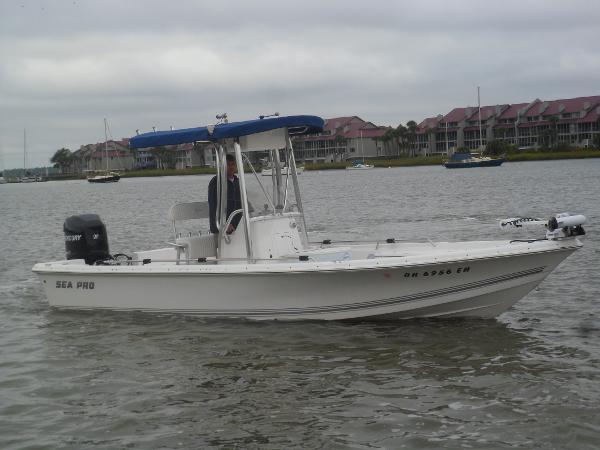 Sea-pro SV2400CC Bay Boat STARBOARD UNDERWAY