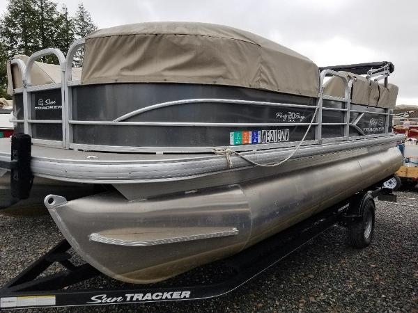 Sun Tracker 20' PARTY BARGE DLX
