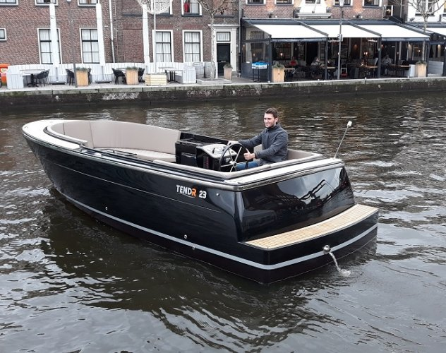 TendR 23 outboard