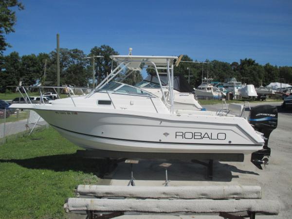 Robalo 2440 Walkaround Port View
