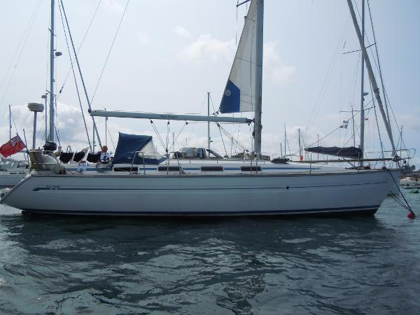 Bavaria 42 Starboard side view with mainsail