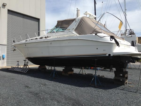 Sea Ray 400 Express Cruiser Port side view