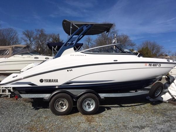 Yamaha Boats 212 Limited Starboard Side View