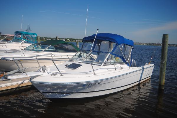Robalo 2160 with 2005 Yamaha 200 HPDI WALKAROUND Port View