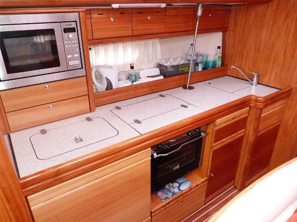 Bavaria 40 - Linear Galley