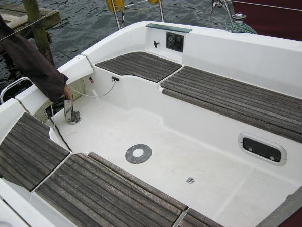 Beneteau Oceanis 281 - Cockpit with teak topped locker tops
