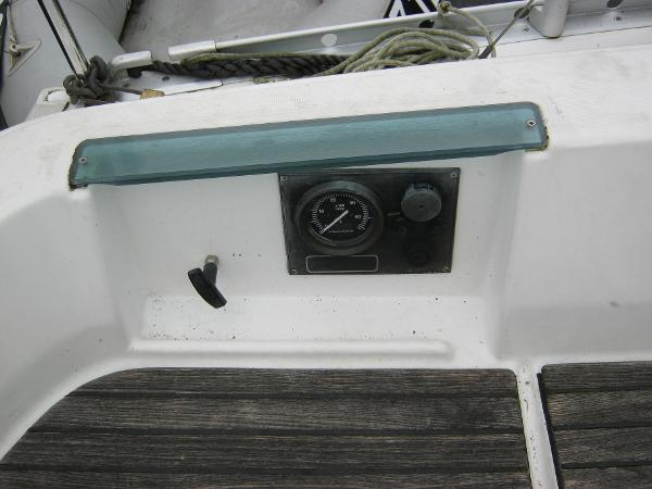 Beneteau Oceanis 281 - Engine panel