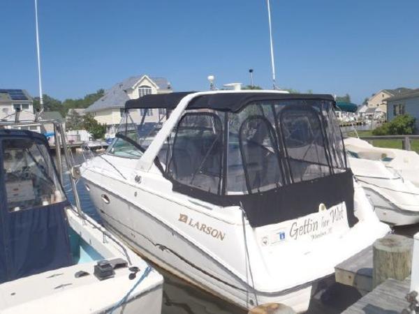 Larson Cabrio 290 Mid Cabin Port View