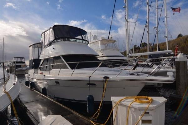 Bayliner 4087 Aft Cabin Motoryacht Starboard bow at dock