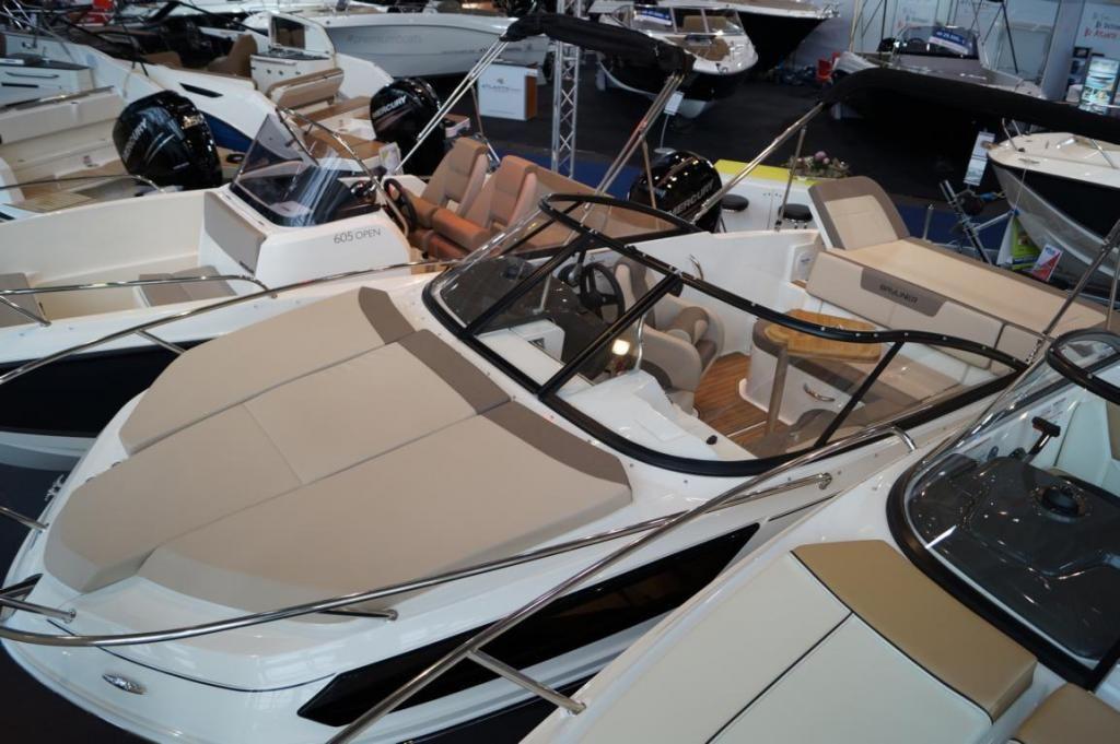 Bayliner VR5 Cuddy Innenbord Messeboot