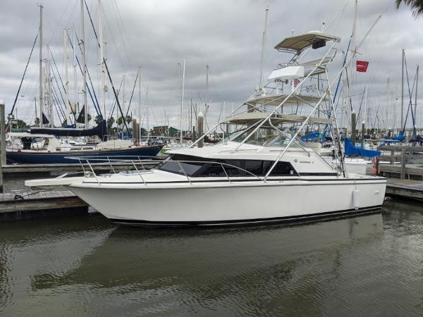 Bertram 30 Flybridge Cruiser