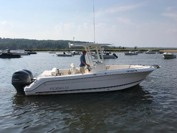 Robalo R242 Center Console Profile