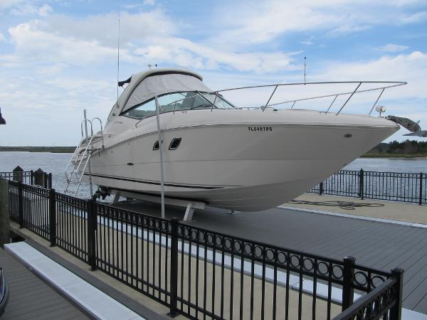 Sea Ray 330 Sundancer lift kept