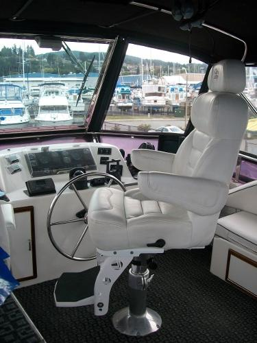 Flybridge helm & helm seat