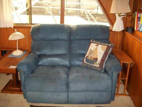 Settee Port starboard of salon