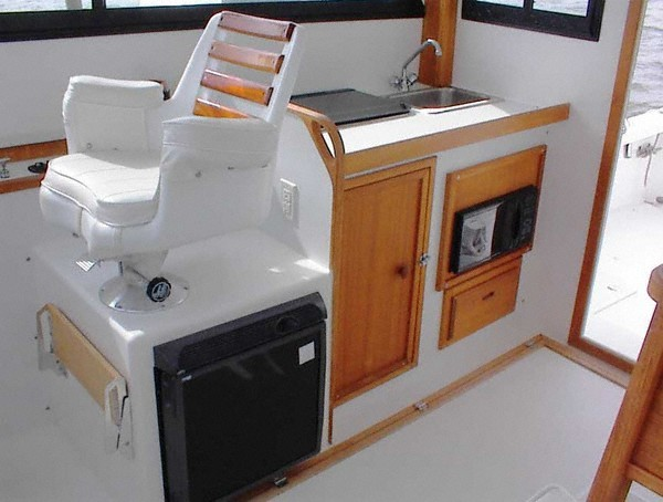 Lower helm & galley