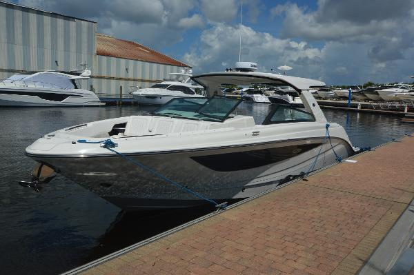 Sea Ray SLX 400 Outboard Front quarter view