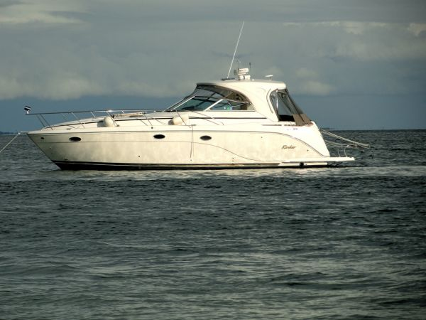 Rinker 410 Fiesta Vee Hardtop Photo 1