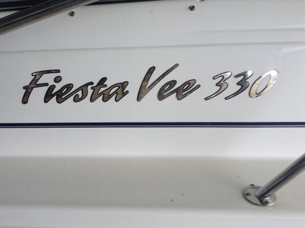 Rinker 330 Fiesta Vee