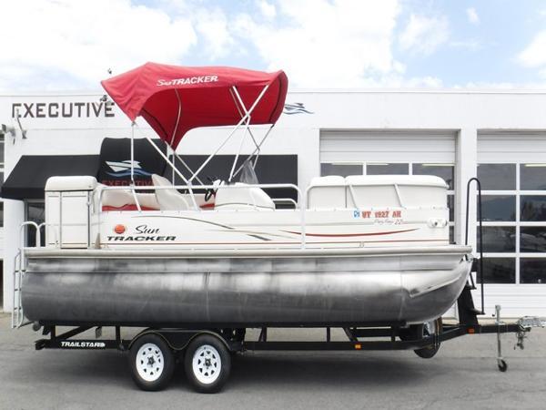 Sun Tracker Party Barge 22 Pontoon