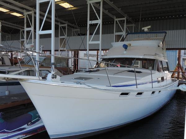 Bayliner 3818 Motoryacht Port side front view