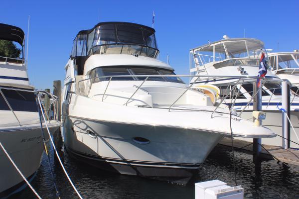 Silverton 453 Motor Yacht Starboard bow