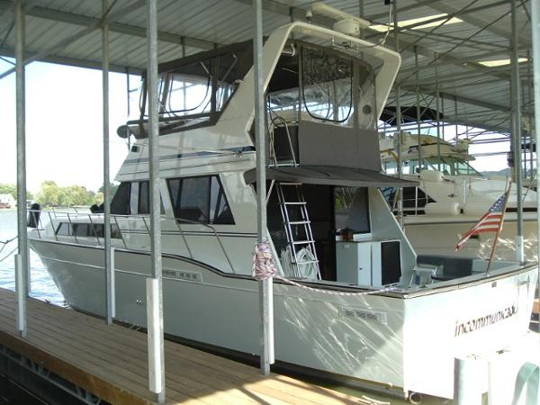 Marinette 41 Flybridge Sedan