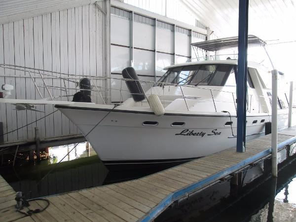 Bayliner 4788 Pilot House Motoryacht Bow in covered well