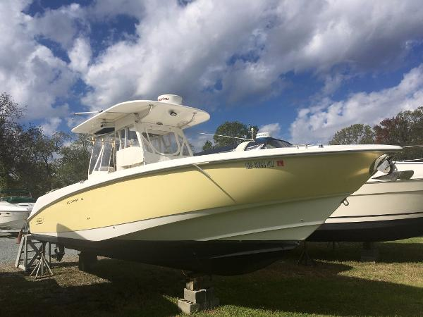 Boston Whaler 320 Outrage Starboard Bow