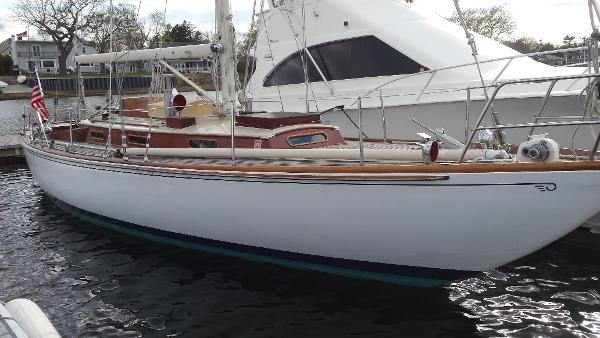 Hinckley CUTTER Starboard bow - In water