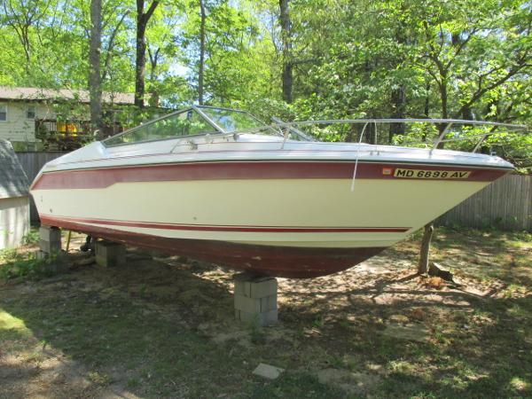 Sea Ray 220 Cuddy Cabin Starboard Bow