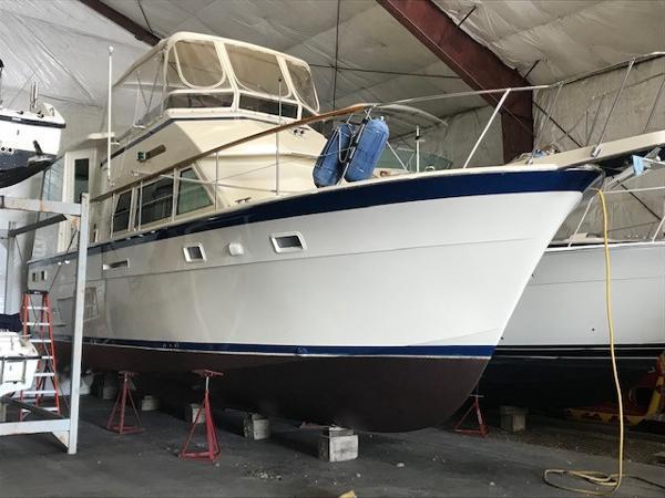 Hatteras 43 Motoryacht Starboard Bow