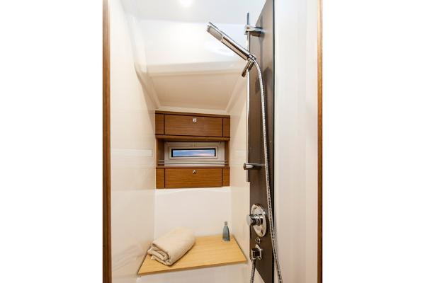 Bavaria Cruiser 56 Shower