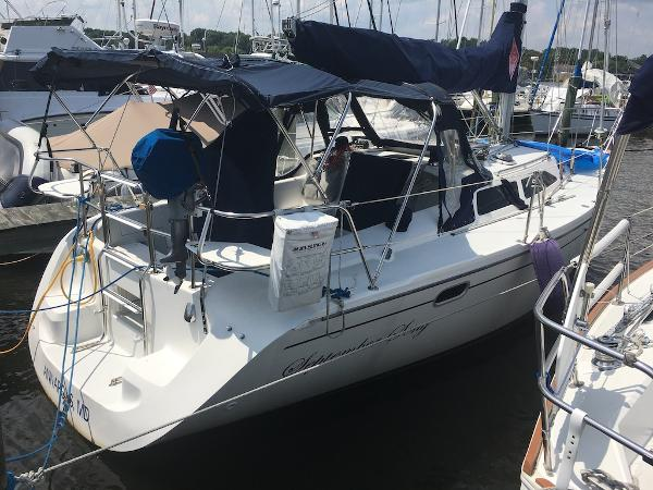 Catalina 320 Catalina 320 - Starboard Side