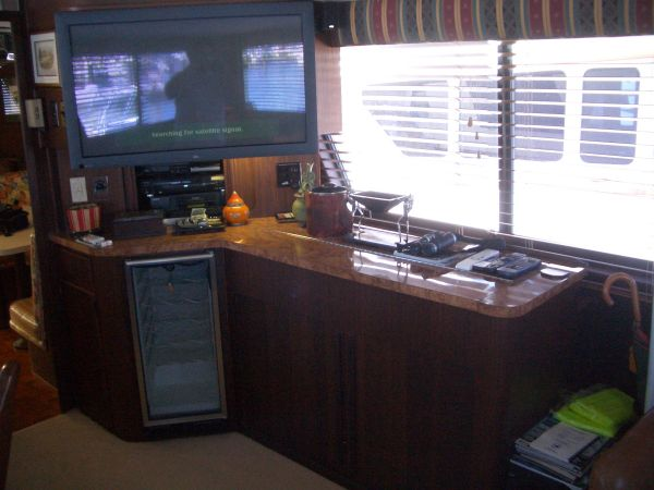 Main Cabin (Stbd Entertainment System & Bar)