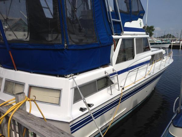 Marinette 37 Double Cabin Motor Yacht