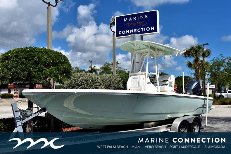 Pathfinder 2500 Hybrid Bay Boat
