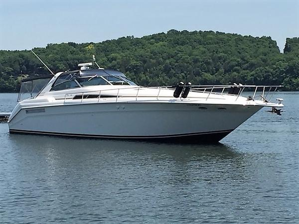 Sea Ray 500 Sundancer Starboard Bow