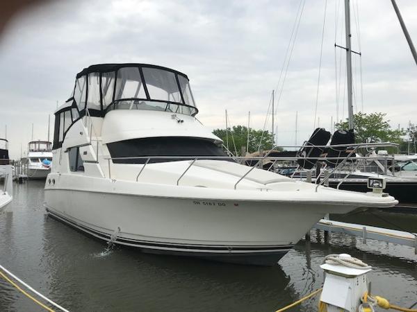 Silverton 392 Sidewalk Motor Yacht Starboard Bow