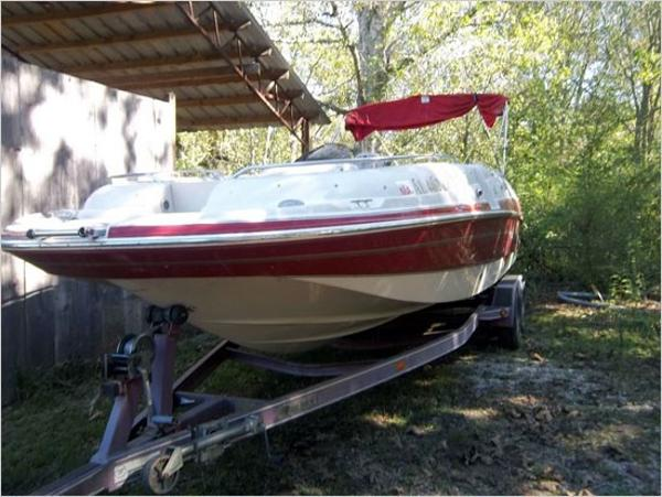Larson Escape 233 Deck Boat