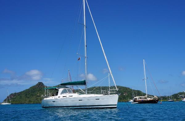 Beneteau Oceanis Clipper 373 At anchor