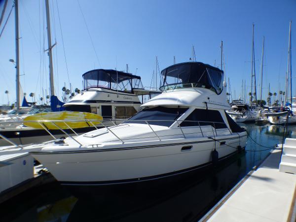 Bayliner 3388 Command Bridge Motoryacht Port Bow in Slip