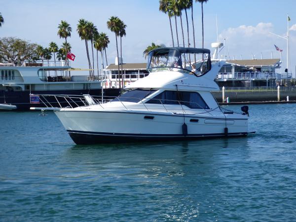 Bayliner 3388 Command Bridge Motoryacht Port Side Profile