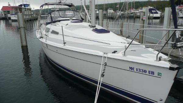 Marlow-Hunter 33 Starboard bow