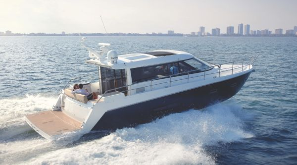 Sealine C490 Running Shot