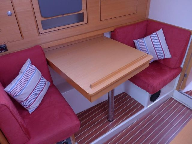 Hanse 342 Club chairs with nav table / occassional table ?