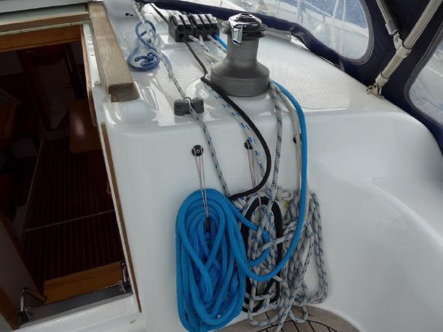 Hanse 342 Stbd side companionway, all lines led aft.