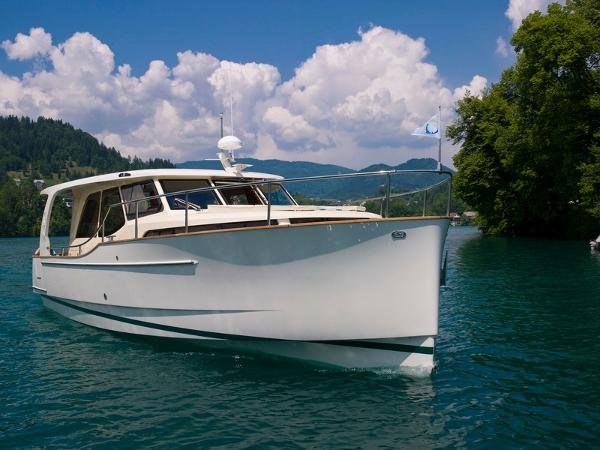 Greenline 33 Manufacturer Provided Image: Greenline Hybrid 33 Bow