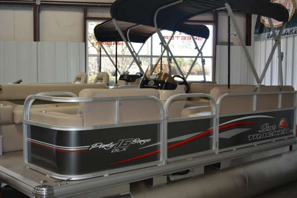 Sun Tracker Party Barge 16 DLX