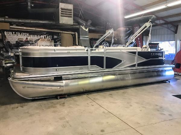 Lund LX220 Fish & Cruise Tritoon